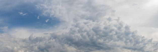 青い空の白い小さな雲、パノラマ