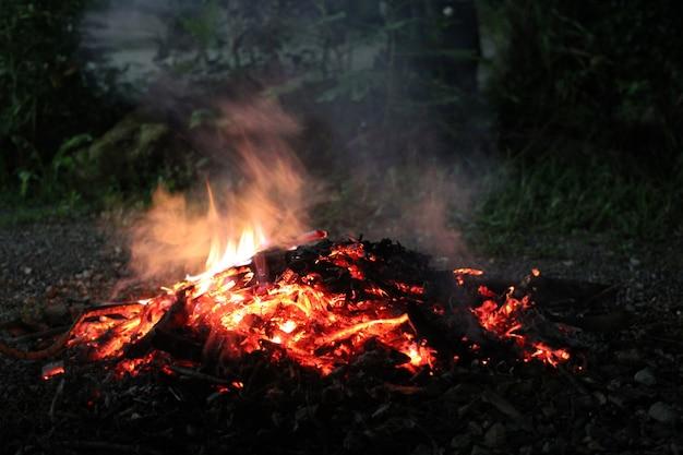 赤い火からの白い煙。