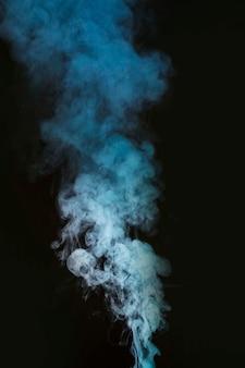 검은 배경에 흰 연기 연기