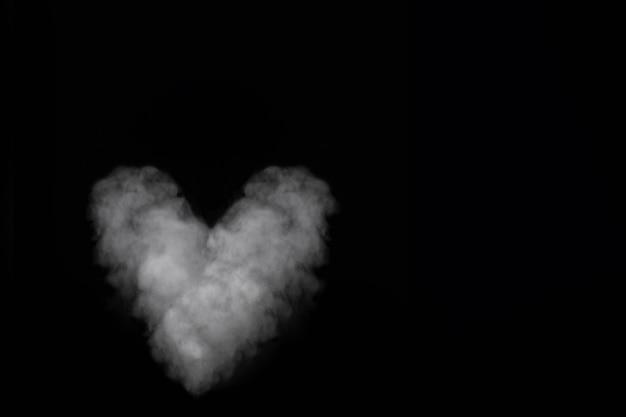 검은 배경에 고립 된 흰 연기 심장 모양입니다. 발렌타인 데이를위한 곱슬 연기 i
