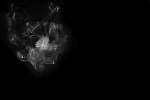 흰 연기가 검은 배경에 고립. 연기 재고 이미지.
