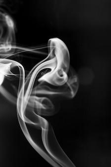 검은 배경에 흰색 연기 동작입니다.
