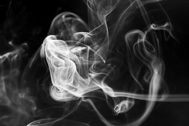 黒の背景に白煙の動き。