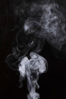 Белое движение дыма на черном фоне Бесплатные Фотографии