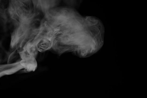 Белый дым на черном фоне. текстура дыма. клубы белого дыма на темном фоне для наложения