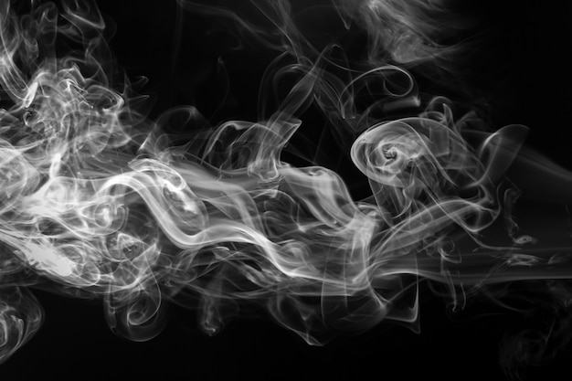 Белый дым на черном фоне, концепция темноты