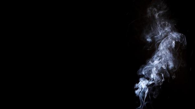 Белый дым на черном фоне с копией пространства для написания текста