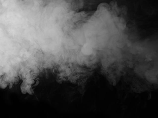 黒の背景に白い煙。
