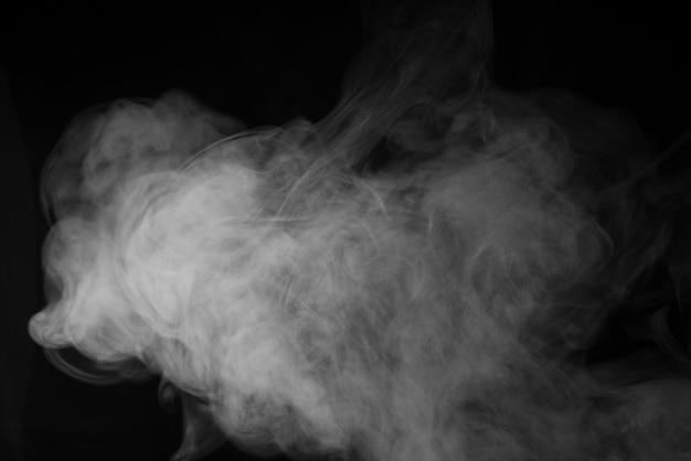 Белый дым на черном фоне