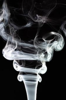 흰색 검정색 배경에 연기.