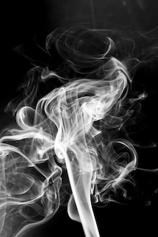 黒い背景に白い煙