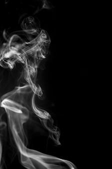검은 배경에 흰색 연기