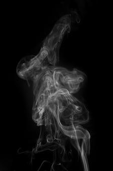 연기가 검은 배경에 흰색