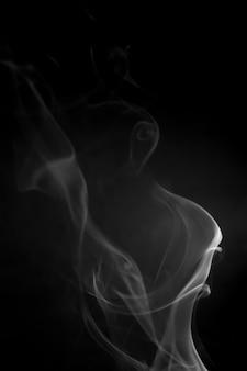 검은 배경에 흰 연기입니다.