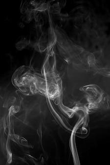 Белый дым на черной поверхности