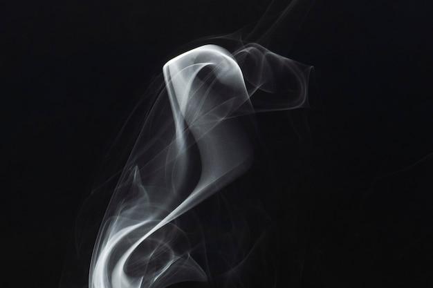 暗い背景に白い煙