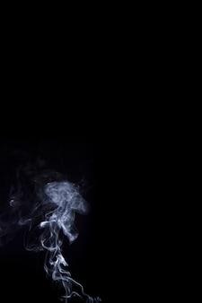 연기가 검은 배경에 하얀 연기