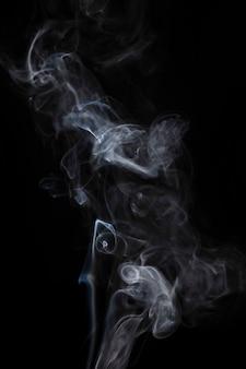 검은 배경에 흰 연기 확산