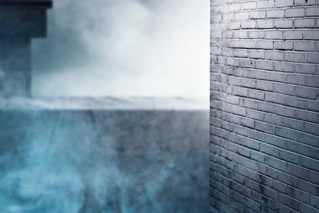 廃墟の建物のハロウィーンの背景にレンガの壁と白い煙