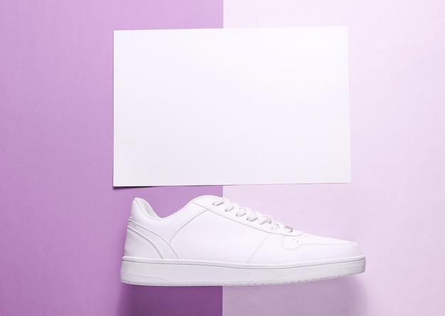 흰색 종이와 보라색에 흰색 운동 화