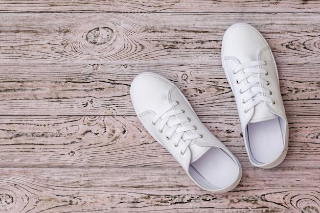 白いスニーカーと木の床