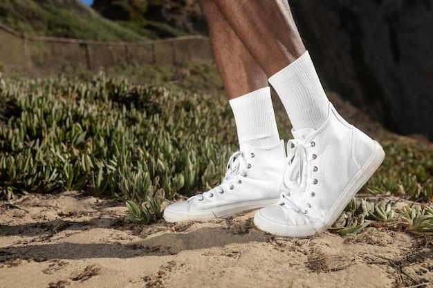 흰색 운동화 근접 촬영 남성 의류 여름 패션 해변 사진 촬영