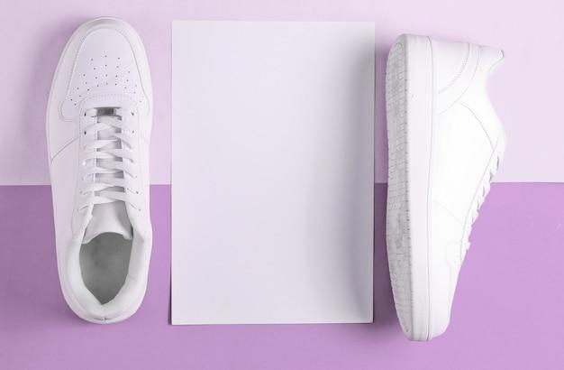 흰색 종이와 보라색에 흰색 운동화