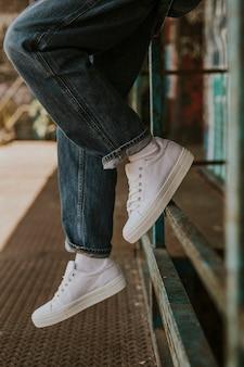 Белые кроссовки на женской модели