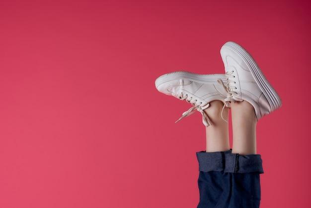 Белые кроссовки перевернутые ноги движение уличная мода розовый