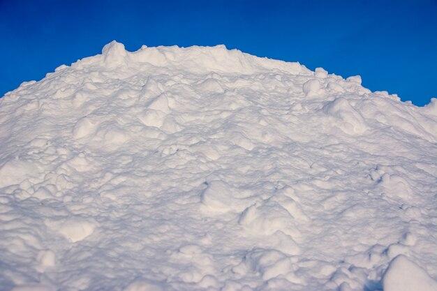 푸른 하늘 아래 하얀 눈 덮인 들판. 눈 언덕.