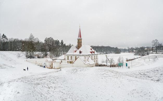 美しい自然の風景の中に古いマルタの宮殿と白い雪の風景。ガッチナ。ロシア。
