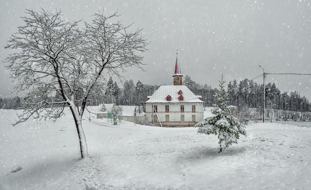 Белый снежный пейзаж со старым мальтийским дворцом в красивом природном ландшафте