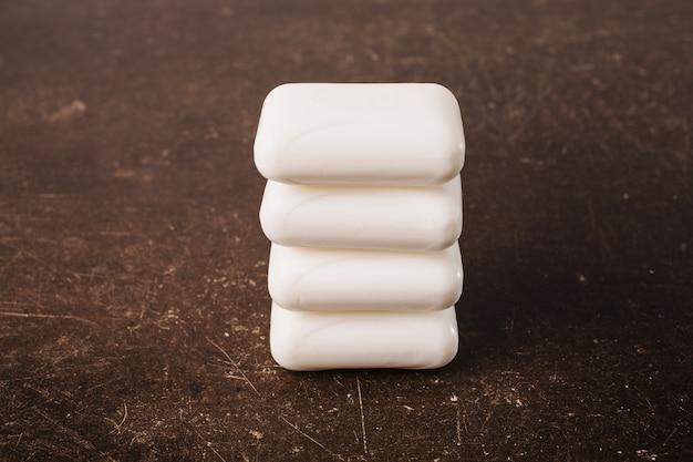 暗い大理石の背景に白い石鹸。パーソナルケア。衛生