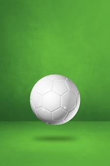 Белый футбольный мяч, изолированные на фоне зеленой студии.
