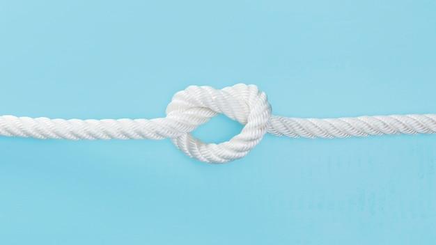 Белая твердая веревка с узлом