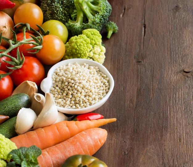 木の上の野菜と白いソルガムの穀物