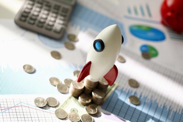 Белая космическая ракета делает запуск бизнеса против