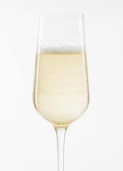 Белое игристое вино в бокале крупным планом