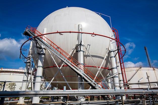 燃料ガスパイプラインと足場工事を含む白い球形のプロパンタンク