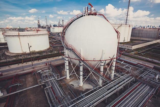 燃料ガスパイプラインと足場工事を含む白い球形のプロパンタンク Premium写真