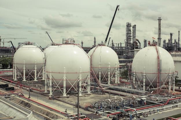 연료 가스 파이프라인 및 비계 작업을 포함하는 흰색 구형 프로판 탱크