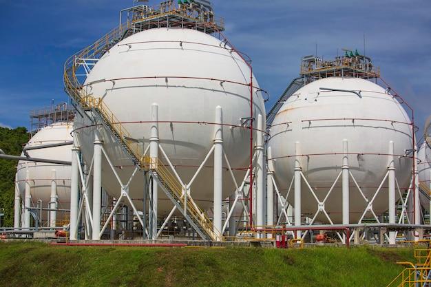 Белые сферические баки пропана, содержащие трубопровод топливного газа.