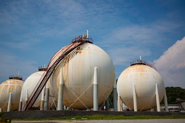 Белые сферические пропановые баки, содержащие трубопровод топливного газа