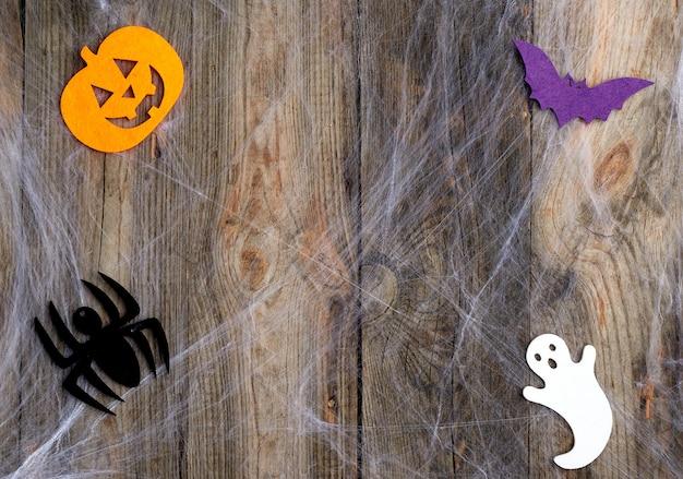 白いクモの巣と刻まれたカボチャの形をしたフェルトの装飾