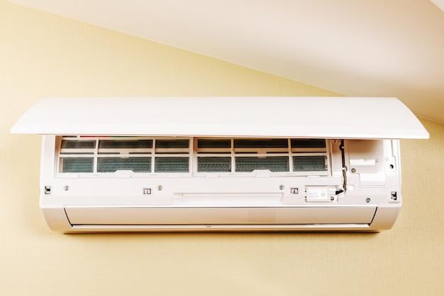 Белый сплит кондиционер на стену. изображение крупным планом