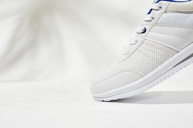 신발끈이 달린 흰색 스포츠 스니커즈 가죽으로 포인트를 준 흰색 운동화