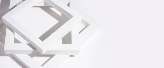Белые квадратные подиумы обрамляют для презентации на белом фоне. баннер.