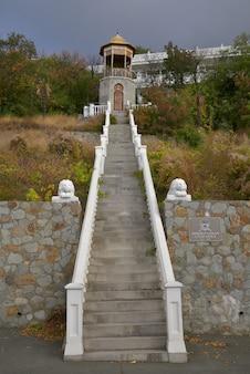 マガラックのブドウ園にある歴史的なゲートハウスへの白い階段。ロシア、クリミア、マサンドラ、2019年