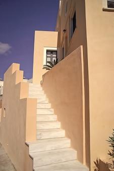 サントリーニ島、ギリシャの伝統的な建物の白い階段晴れた夏の屋外