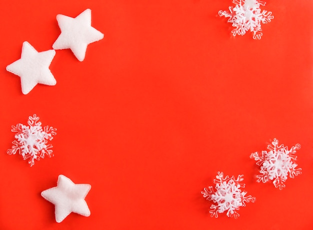 Белые звезды и декор снежинки на красном фоне